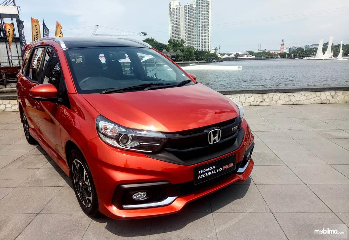 Foto menunjukkan Honda Mobilio RS warna merah tampak dari samping depan
