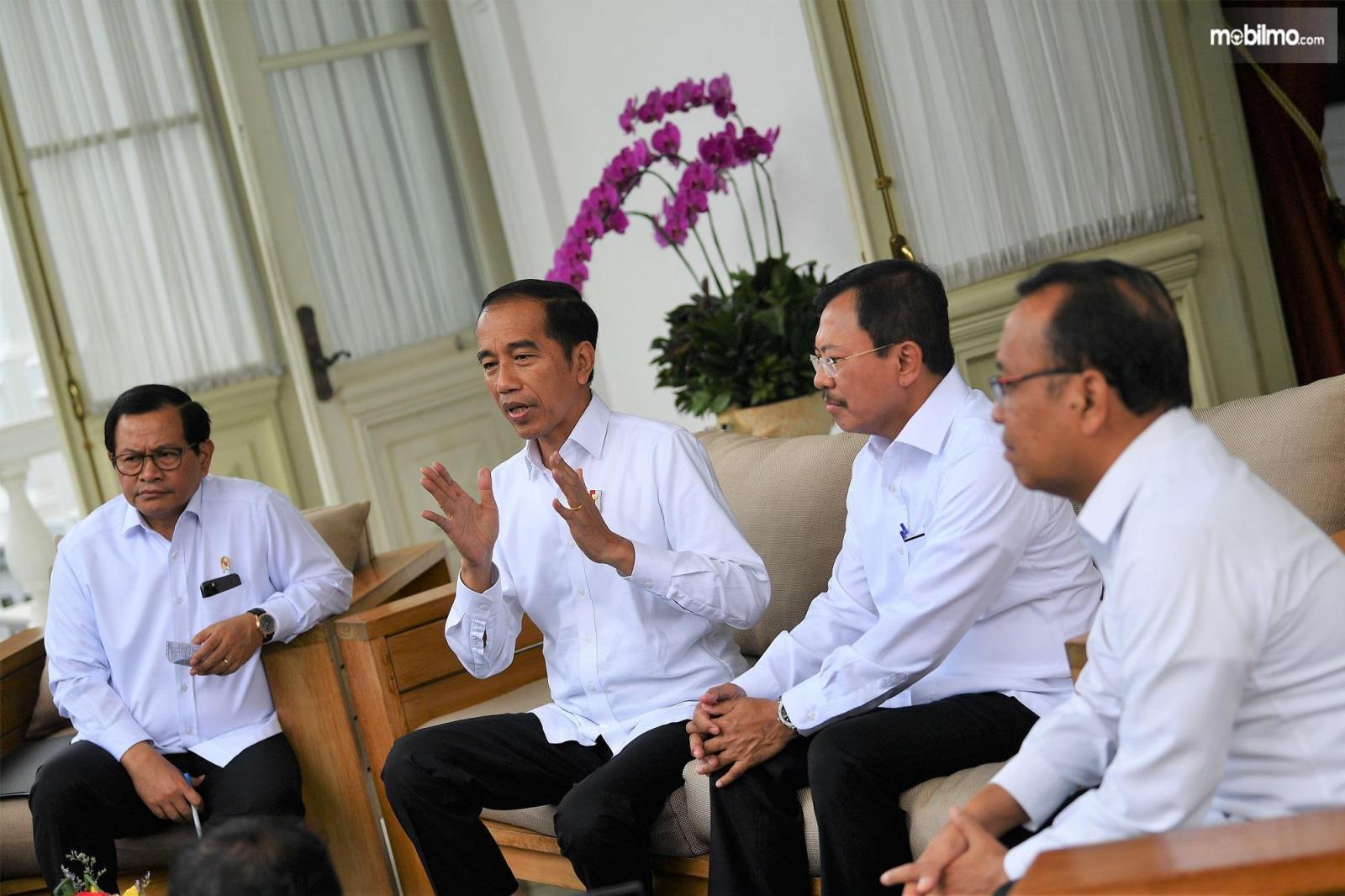Foto Presiden RI Joko Widodo dan Menteri Kesehatan Dr. dr. Terawan saat mengumumkan status Corona WNI