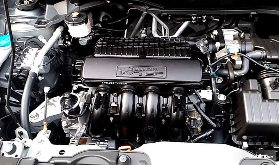 Gambar ini menunjukkan mesin mobil Honda i-Vtec