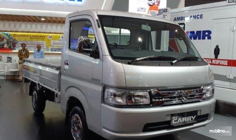 Gambar ini menunjukkan mobil Suzuki Carry Pick Up Luxury tampak bagian depan