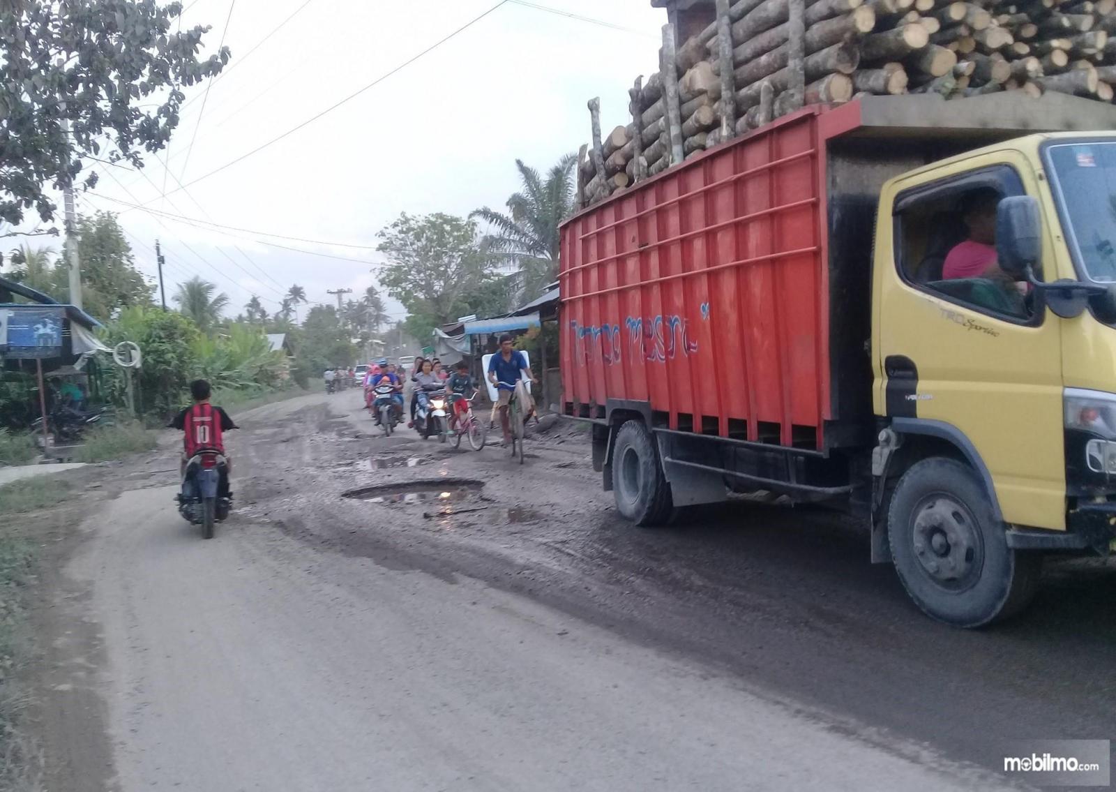 Foto jalanan rusak lewat truk ODOL