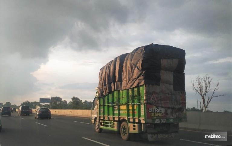 Foto menunjukkan Truk ODOL melintas di jalan tol