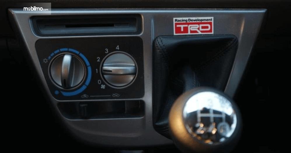 Gambar ini menunjukkan fitur pengaturan AC mobil Toyota Calya 1.2 G MT 2017