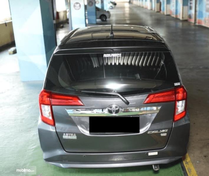 Gambar ini menunjukkan bagian belakang mobil Toyota Calya 1.2 G MT 2017 hitam