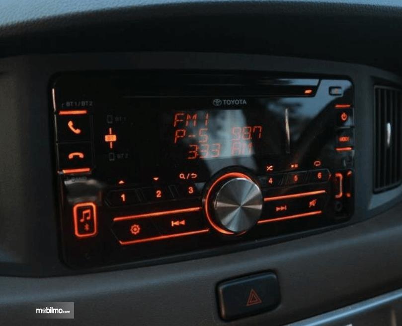 Gambar ini menunjukkan head unit mobil Toyota Calya 1.2 G MT 2017