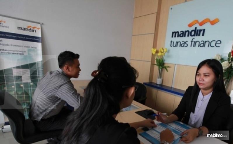 Gambar ini menunjukkan 2 orang wanita dan 1 pria dalam mandiri tunas finance