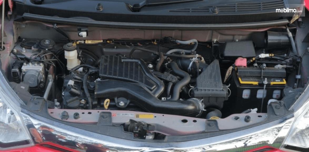 Gambar ini menunjukkan bagian mesin mobil Toyota Calya 1.2 G MT 2017