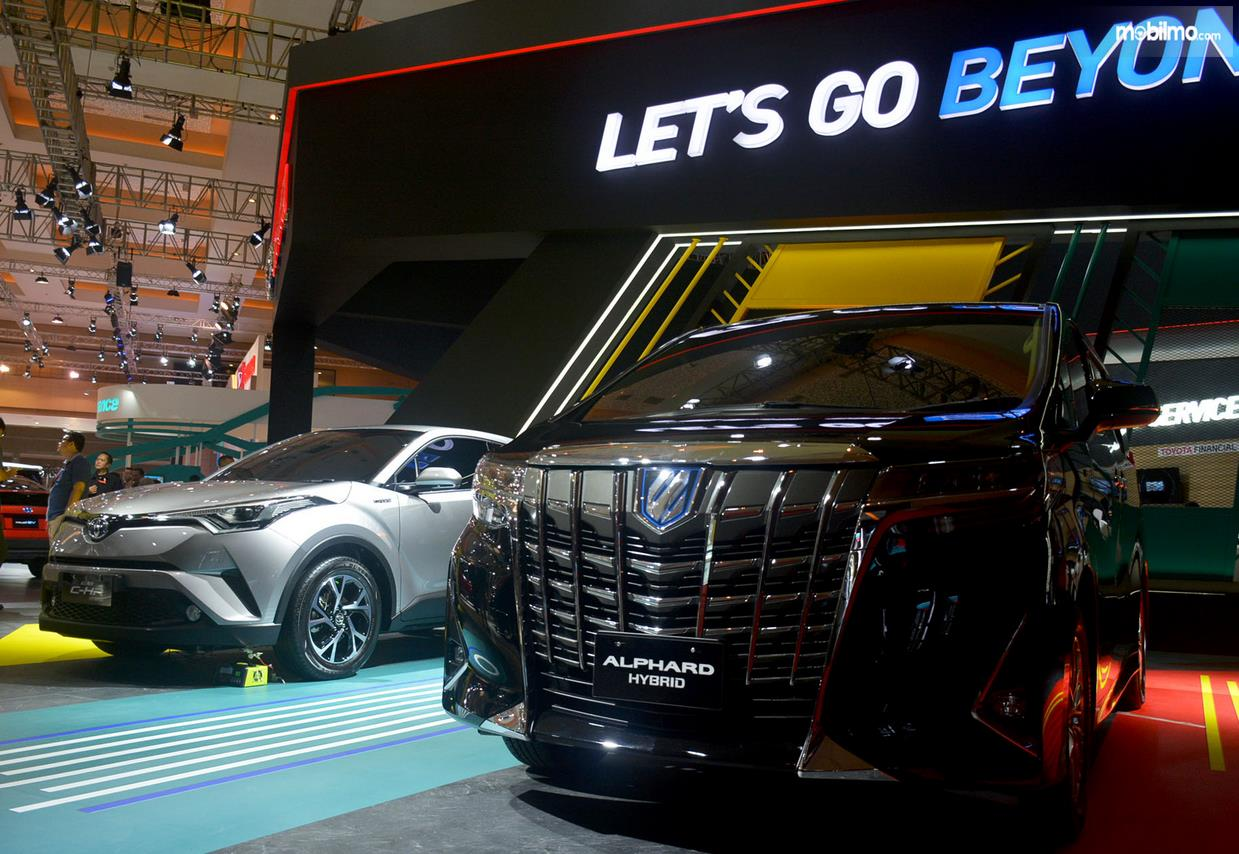 Gambar ini menunjukkan mobil Toyota Alphard warna hitam