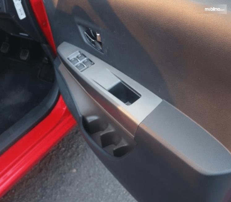 Gambar ini menunjukkan bagian dalam pintu Toyota Calya 1.2 G MT 2017