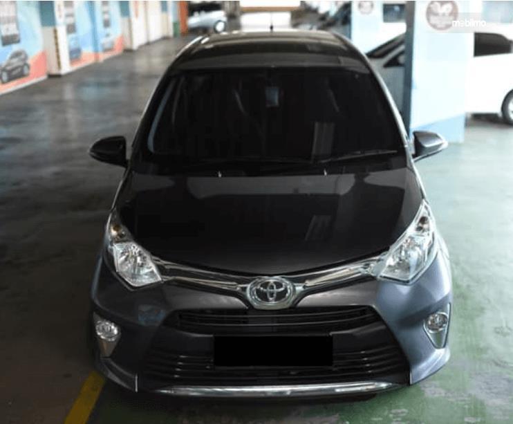 Gambar ini menunjukkan bagian depan mobil Toyota Calya 1.2 G MT 2017 warna hitam