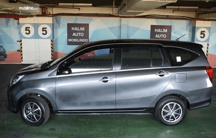Gambar ini menunjukkan bagian samping mobil Toyota Calya 1.2 G MT 2017 warna hitam