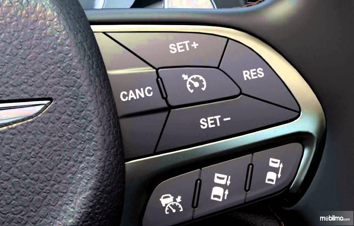 Foto menunjukkan tombol Fitur Cruise Control pada setir mobil