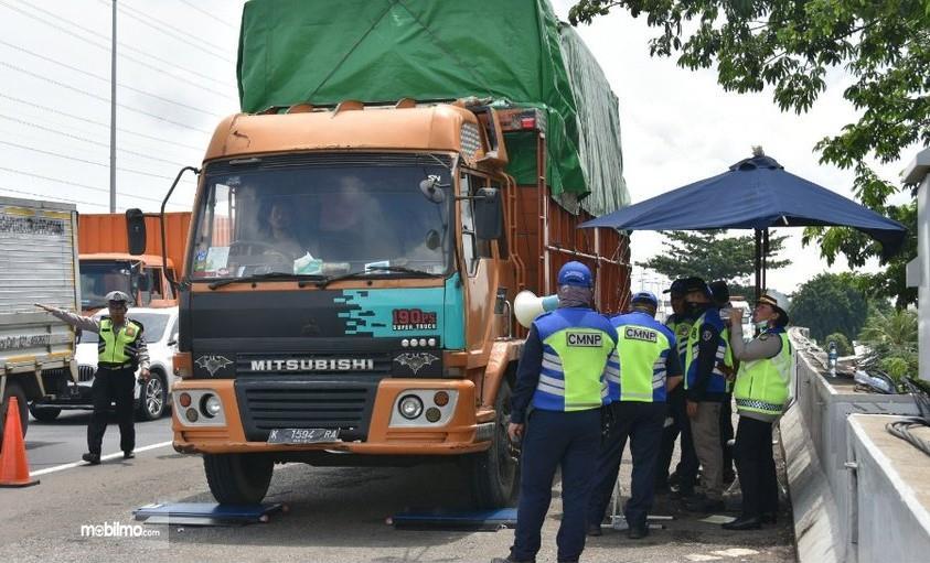 Foto menunjukkan saat Razia truk ODOL oleh CMNP