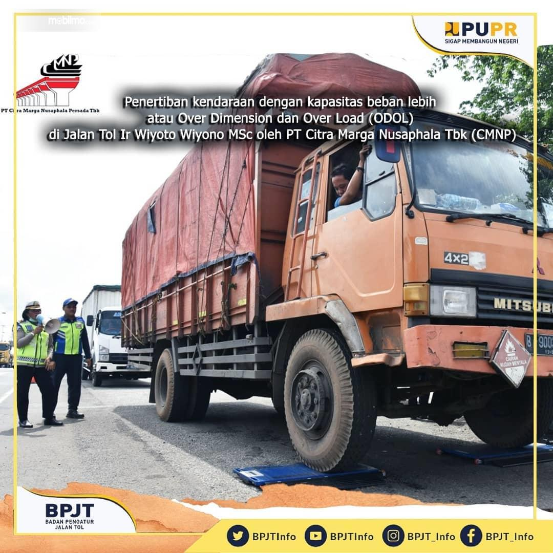 Foto menunjukkan saat Razia truk ODOL di jalan tol