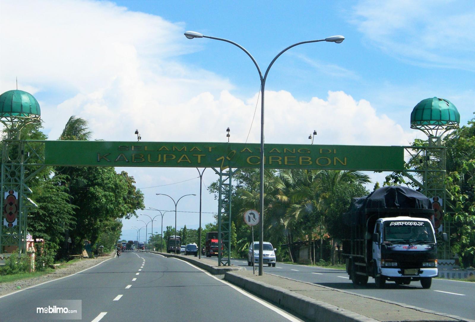 Foto menunjukkan Gapura Selamat Datang Kota Cirebon