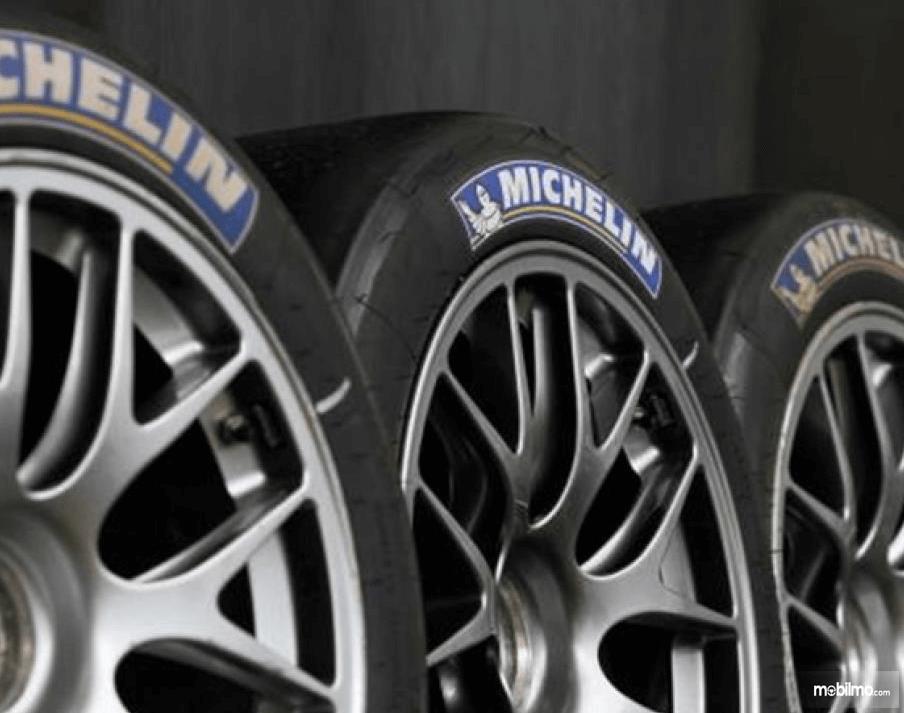 Gambar ini menunjukkan 3 buah ban mobil Michelin
