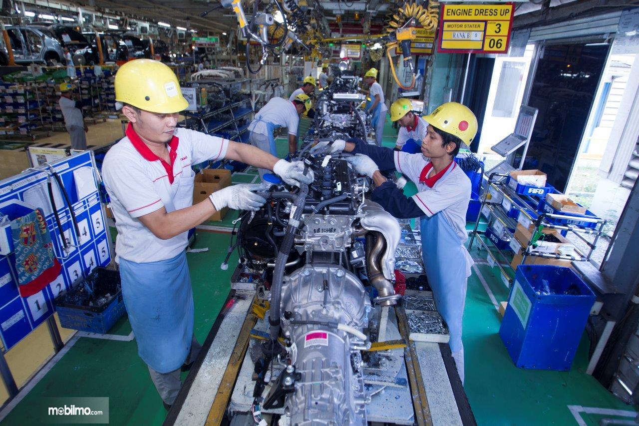 Foto menunjukkan proses produksi mobil di pabrik TMMIN