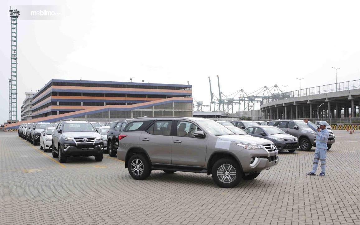 Foto menunjukkan Toyota Fortuner siap ekspor