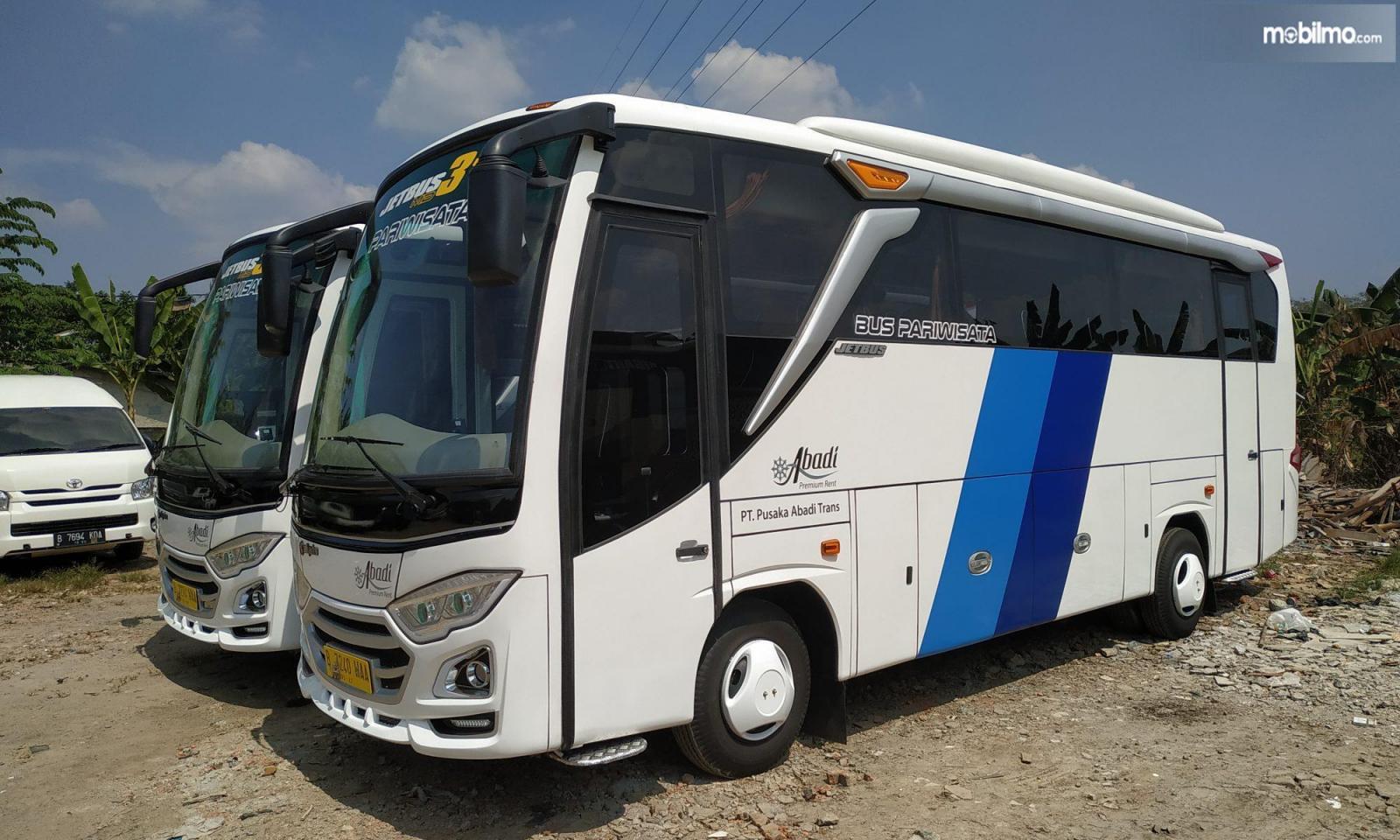 Foto menunjukkan Medium Bus milih perusahaan rental Abadi Trans Jakarta