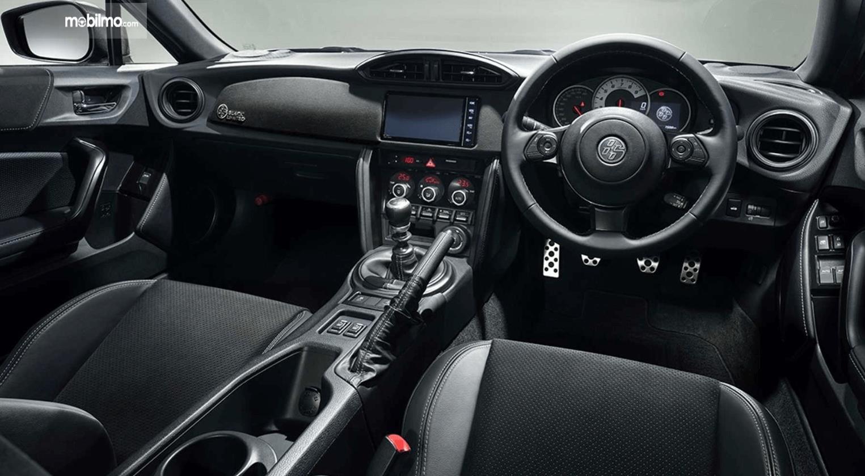 Gambar ini menunjukkan interior mobil Toyota 86 Black Limited