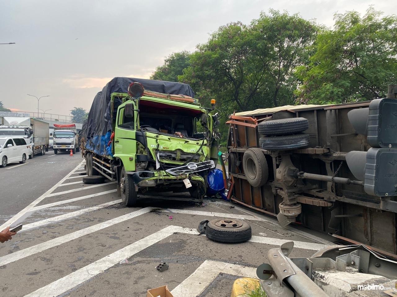 Foto menunjukkan Kecelakaan 2 Truk di Tol JORR Exit Taman Mini (Jati Asih ke Lebak Bulus) pada 18 Maret 2020