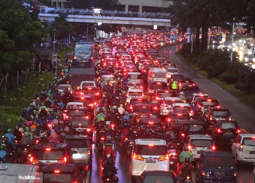 Foto menunjukkan salah satu pemandangan kemacetan di Jakarta di hari pertama pencabutan ganjil genap