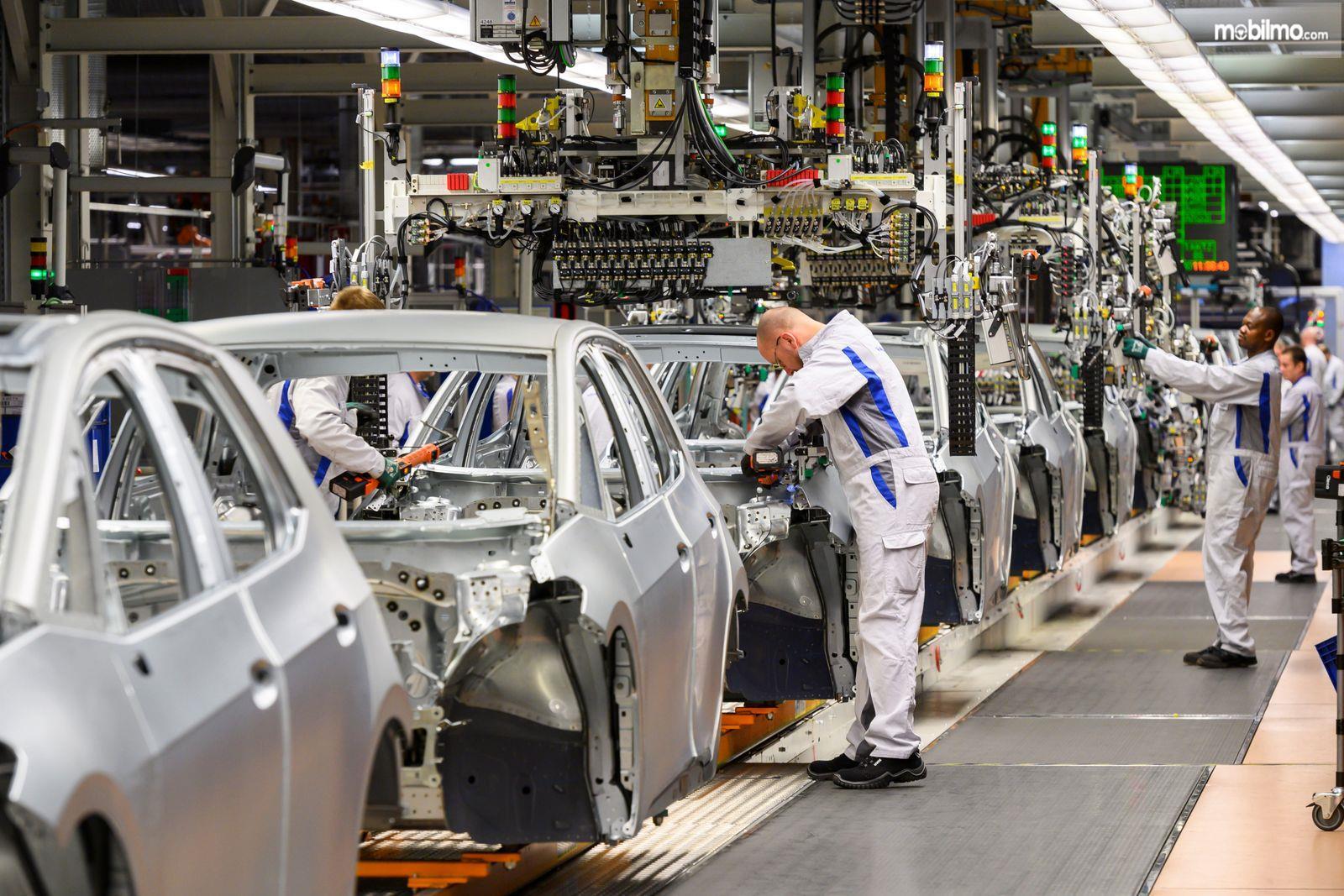 Foto menunjukkan proses Perakitan mobil VW di pabrik