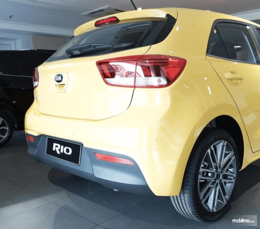Gambar ini menunjukkan sisi belakang mobil KIA All New Rio EX AT 2019