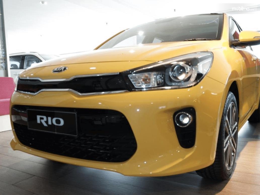 Gambar ini menunjukkan bagian depan mobil KIA All New Rio EX AT 2019