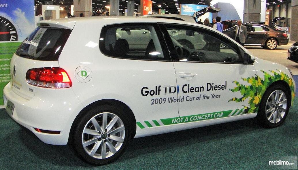 Gambar ini menunjukkan VW Golf TDi 2009 tampak dari samping