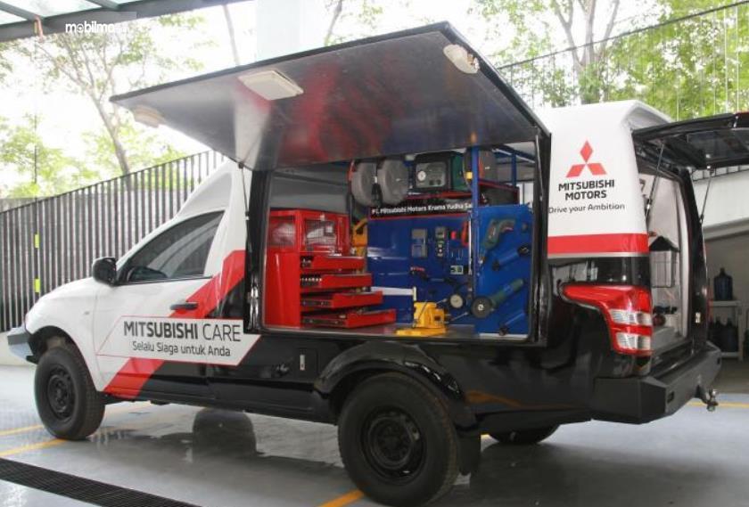Gambar ini menunjukkan sebuah mobil Mitsubishi dilengkapi dengan perlengkapan service