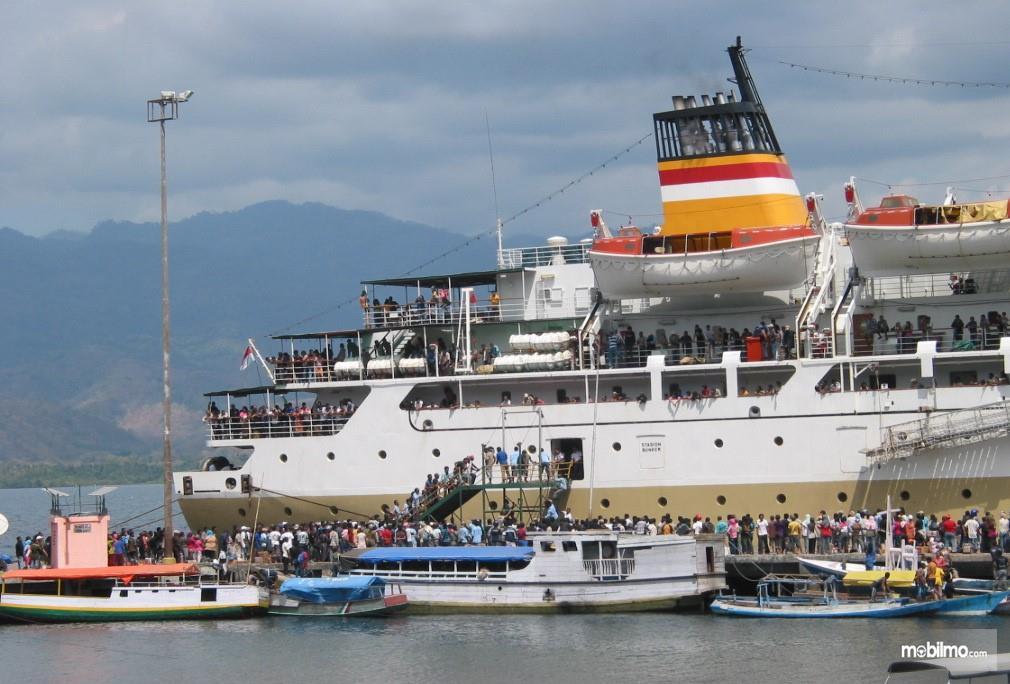 Foto menunjukkan para pemudik menggunakan kapal untuk menyeberang ke pulau lain