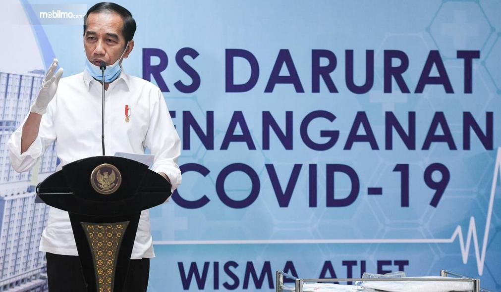 Gambar ini menunjukkan bapak Jokowi sedang berikan pengarahan terkait Covid-19