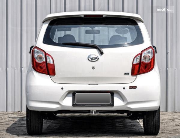 Gambar ini menunjukkan bagian belakang mobil Daihatsu Ayla 2016