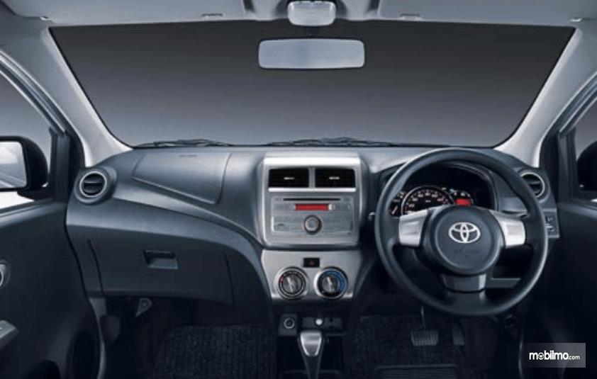 Gabar ini menunjukkan dashboard mobil Daihatsu Ayla 2016