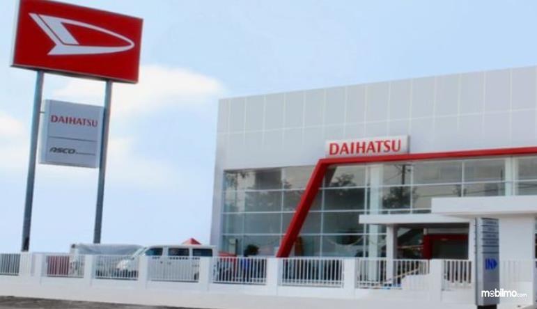 Gambar ini menunjukkan diler Daihatsu dengan tulisan dan logo