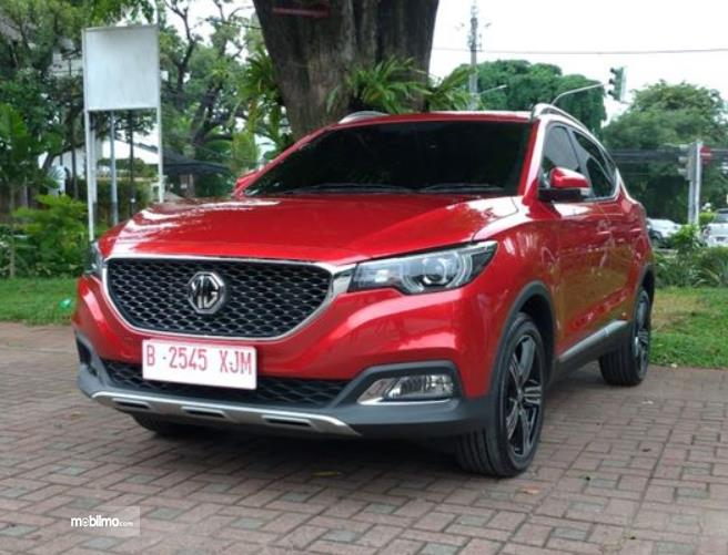 Gambar ini menunjukkan mobil baru MG warna merah