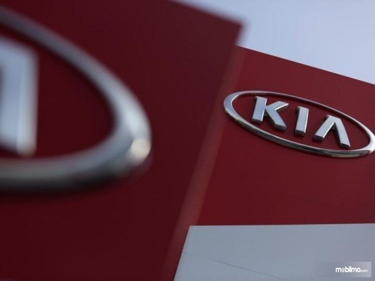 Foto menunjukkan logo KIA Motors