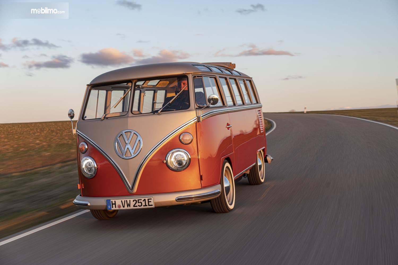 Foto menunjukkan VW e-Bulli Concept tampak dari depan