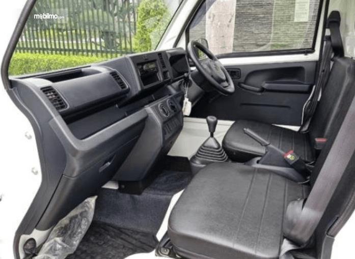 Gambar ini menunjukkan jok dan interior mobil Daihatsu Hi-Max PU 1.0 STD AC PS 2016