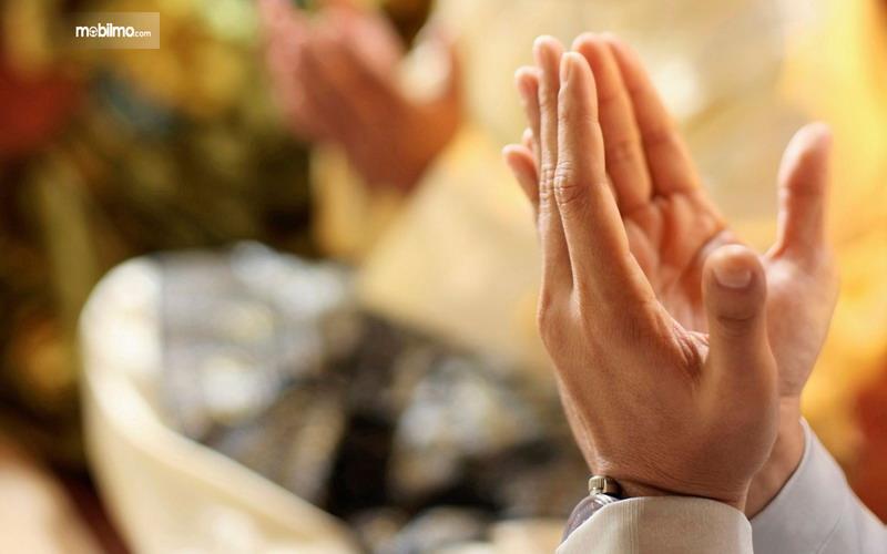 Foto menunjukkan berdoa di rumah