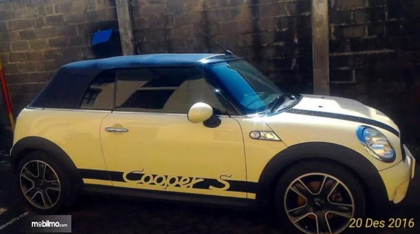 Gambar ini menunjukkan Mini Cooper S tampak samping