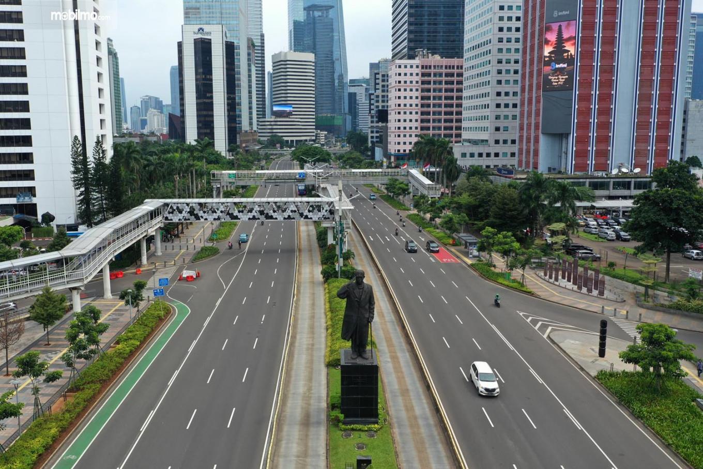 Foto menunjukkan salah satu suasana jalanan Jakarta yang lengang