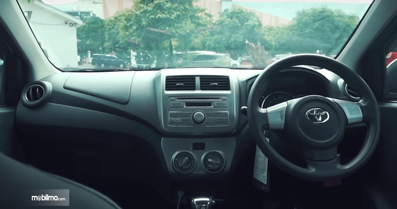 Gambar ini menunjukkan dashboard mobil Toyota Agya 1.0 G 2013