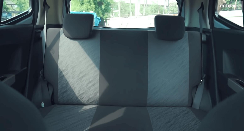 Gambar ini menunjukkan jok belakang Toyota Agya 1.0 G 2013
