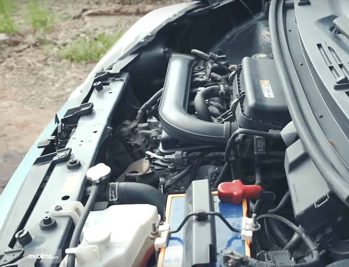 Gambar ini menunjukkan mesin mobil Toyota Agya 1.0 G 2013