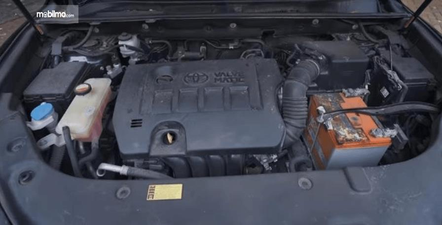Gambar ini menunjukkan mesin mobil Toyota Harrier XU60 2015