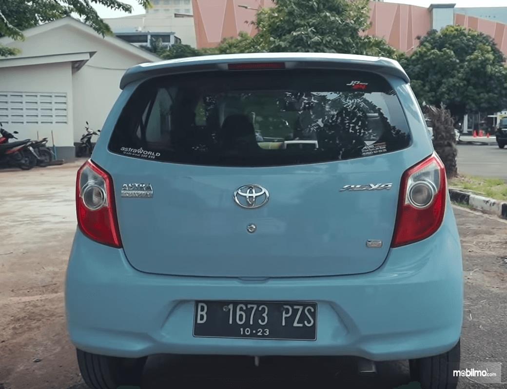 Gambar ini menunjukkan bagian belakang Toyota Agya 1.0 G 2013