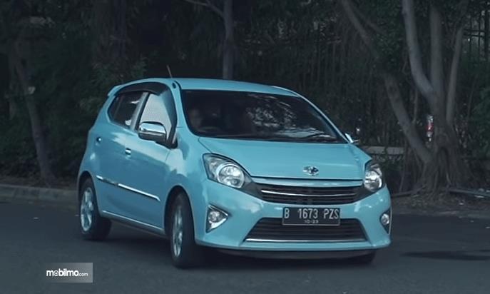 Gambar ini menunjukkan bagian depan mobil Toyota Agya 1.0 G 2013