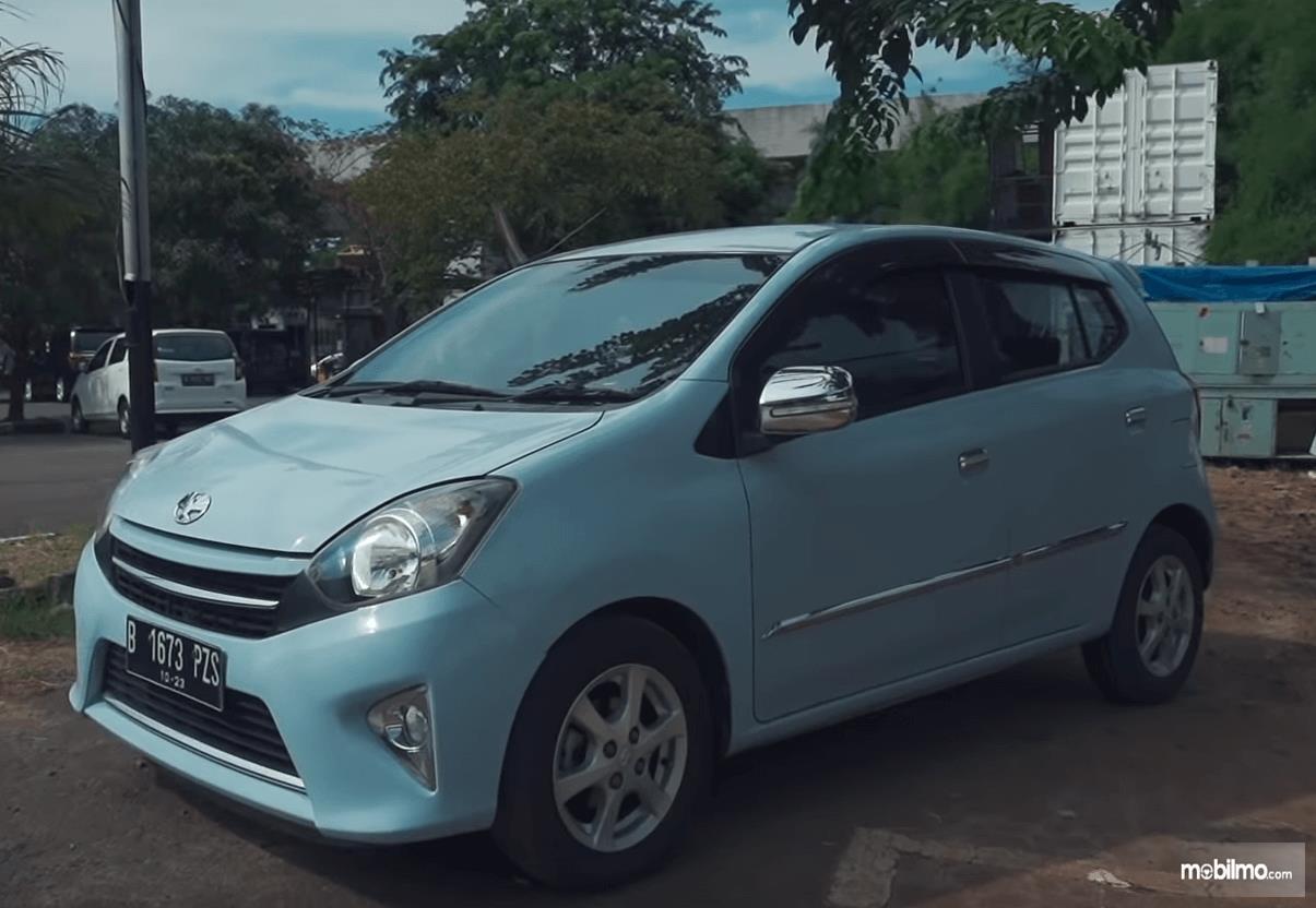 Gambar ini menunjukkan bagian kiri mobil Toyota Agya 1.0 G 2013